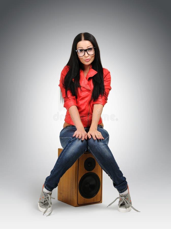 Het jonge meisje van de nerdmanier in grote glazen stock afbeeldingen