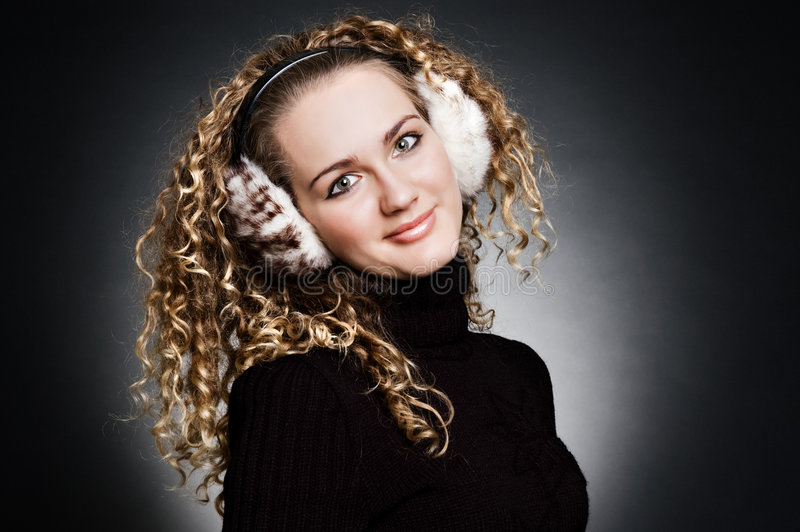 Het jonge meisje van Smiley in bonthoofdtelefoons royalty-vrije stock afbeelding