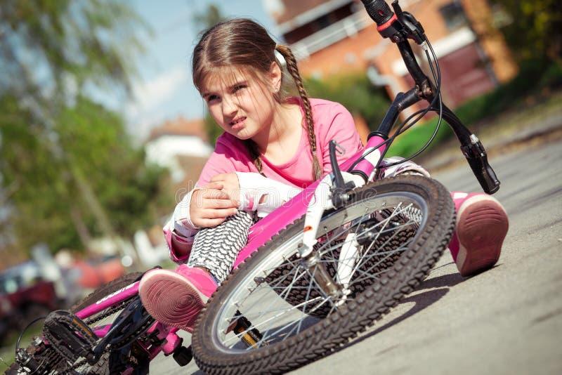 Het jonge meisje viel van de fiets in een park royalty-vrije stock foto's