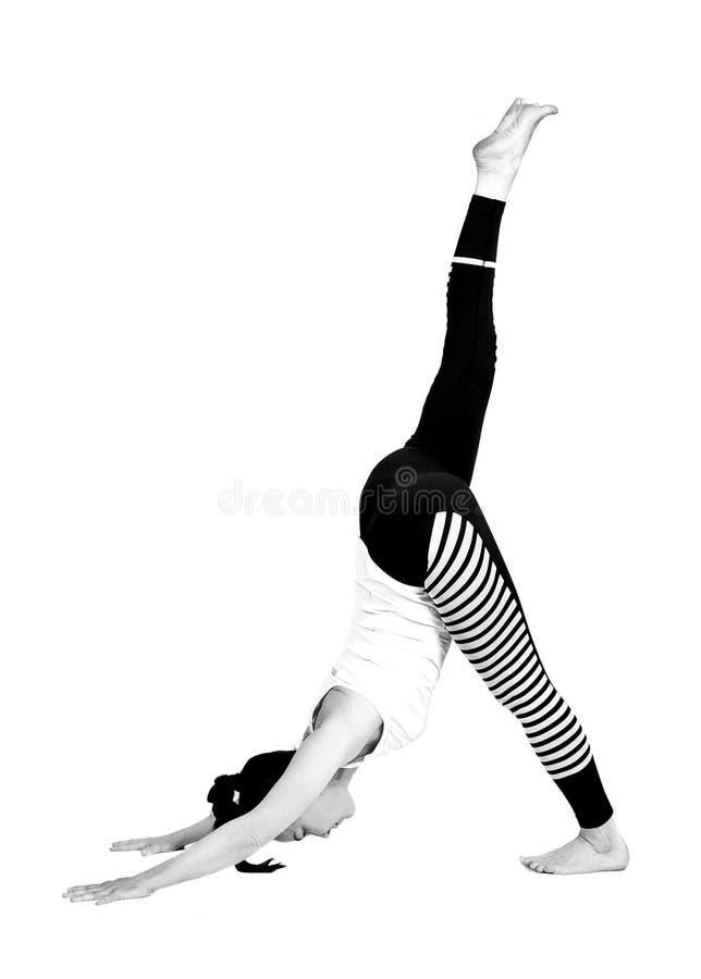 Het jonge meisje voert verschillend uit stelt van yoga, flexibel mooi model op een witte achtergrond meditatie en asanas royalty-vrije stock afbeeldingen