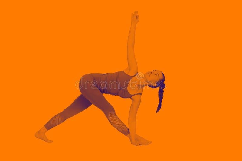 Het jonge meisje voert verschillend uit stelt van yoga, flexibel mooi model op een witte achtergrond meditatie en asanas royalty-vrije stock afbeelding