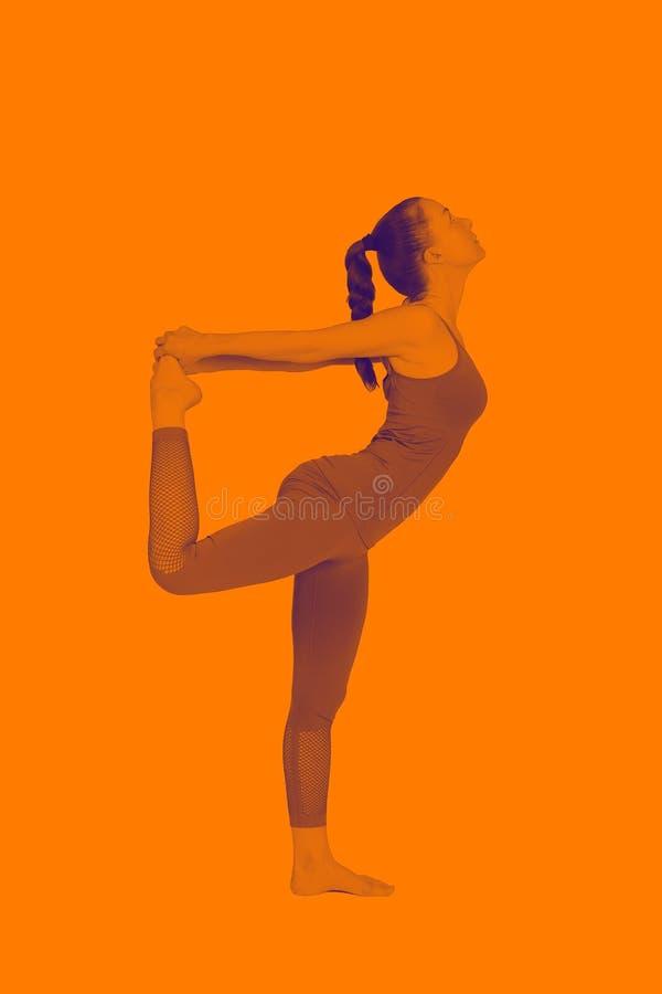 Het jonge meisje voert verschillend uit stelt van yoga, flexibel mooi model op een witte achtergrond meditatie en asanas stock afbeeldingen