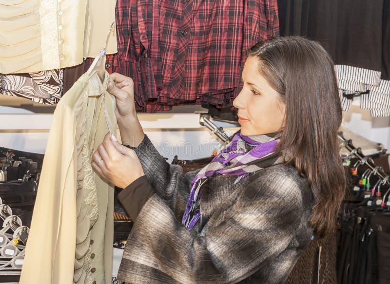 Het jonge meisje winkelen royalty-vrije stock fotografie