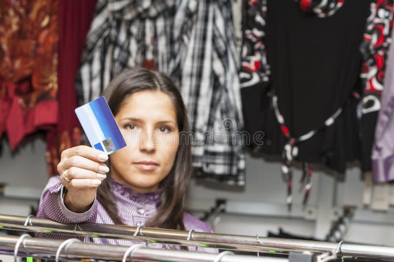 Het jonge meisje winkelen stock afbeelding