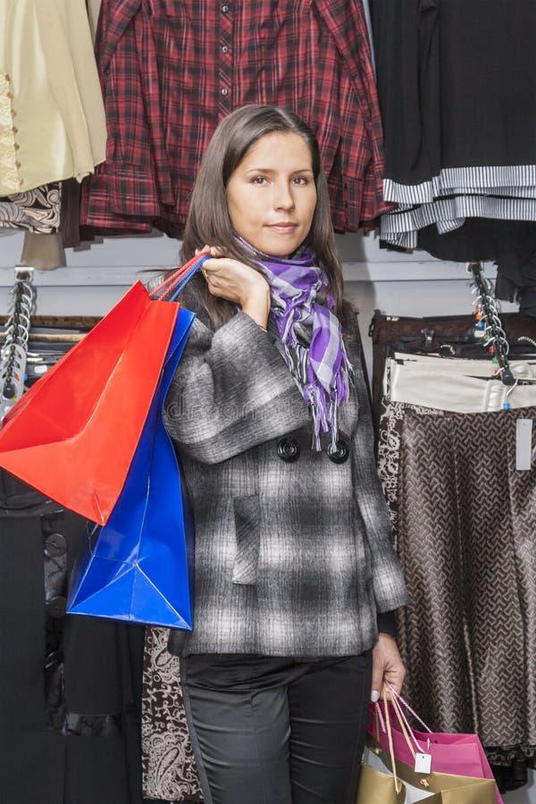 Het jonge meisje winkelen stock fotografie