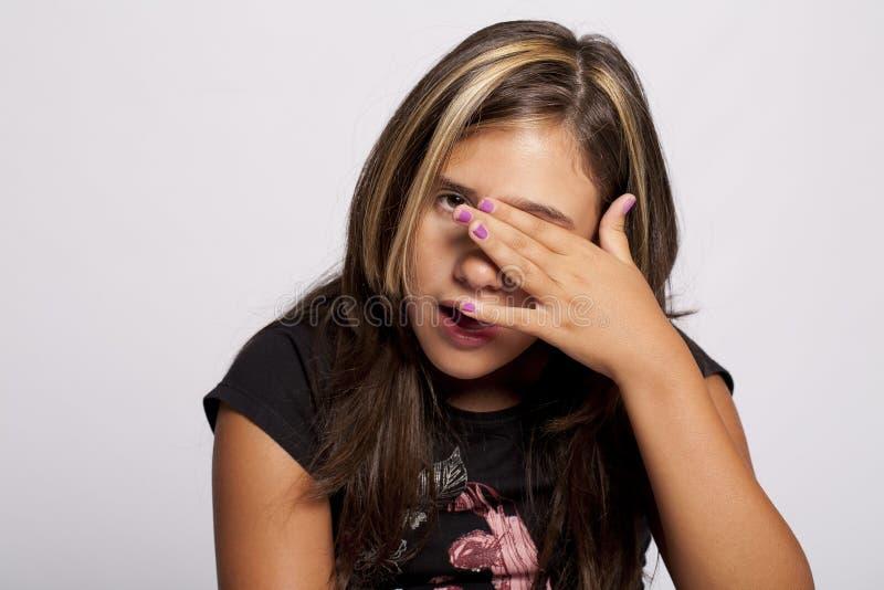 Het jonge meisje wrijft haar ogen royalty-vrije stock fotografie
