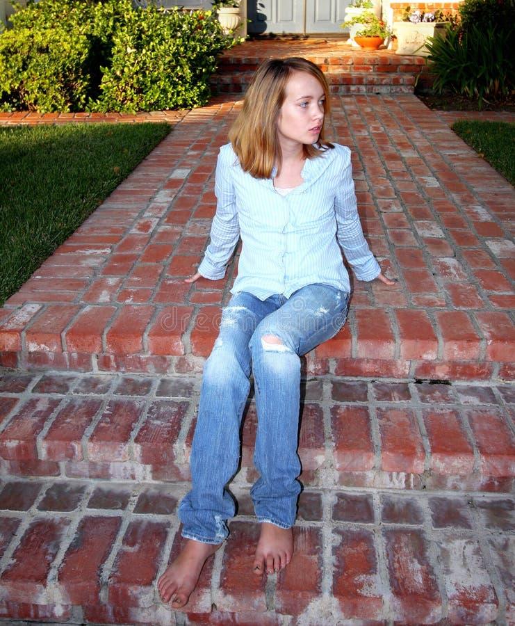 Het jonge Meisje zit op Portiek stock foto's