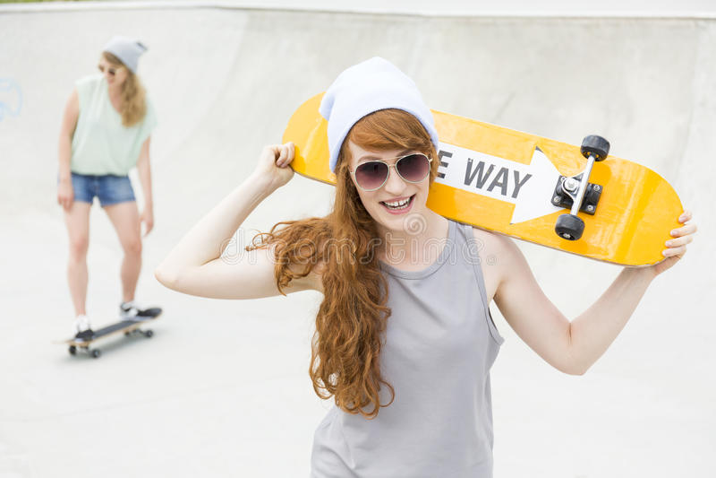 Het jonge meisjes met een skateboard rijden royalty-vrije stock foto