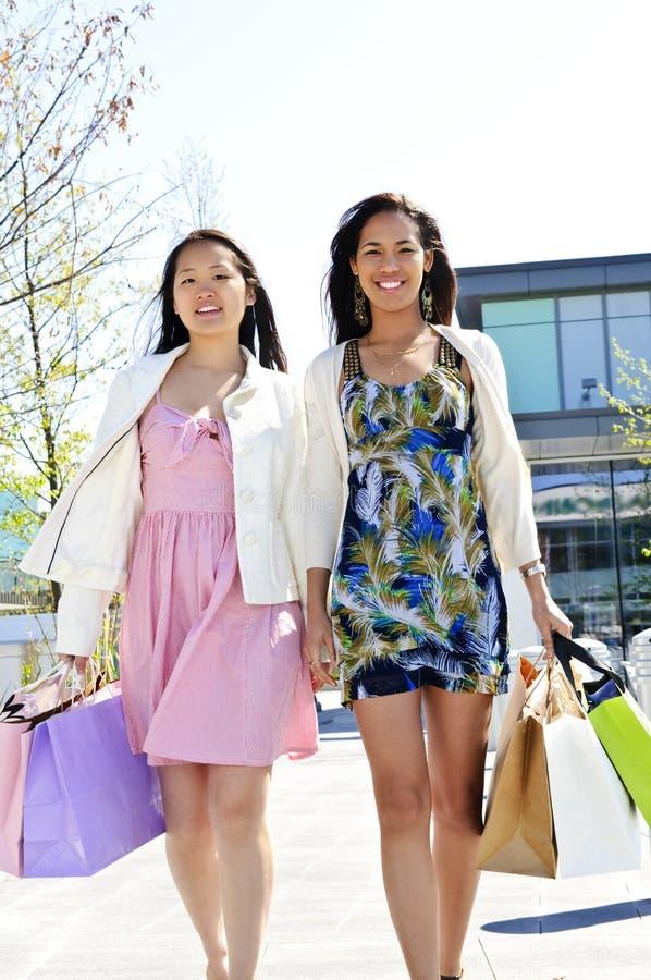 Het jonge meisjes winkelen stock foto's