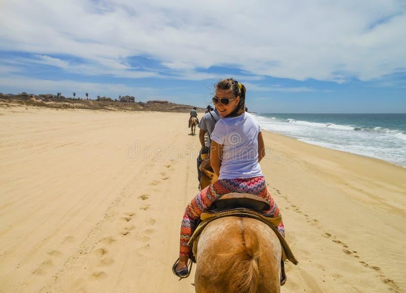 Het jonge meisjeshorseback berijden in Cabo San Lucas, Baja California stock afbeelding