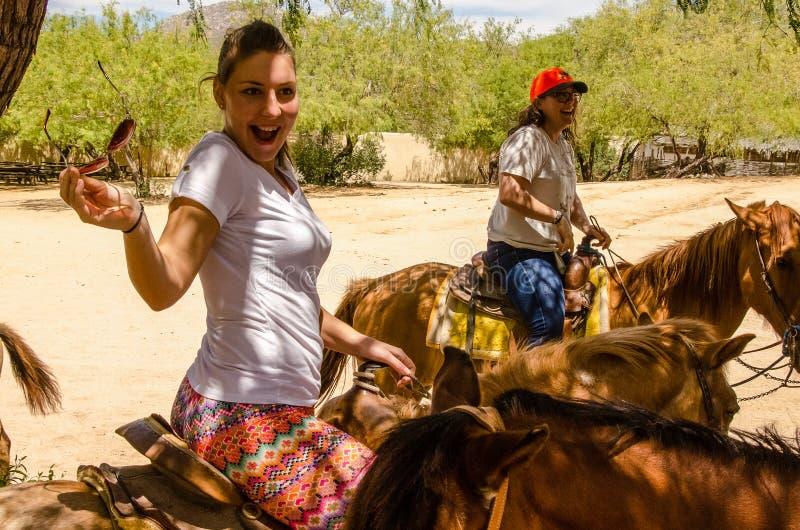 Het jonge meisjeshorseback berijden in Cabo San Lucas, Baja California royalty-vrije stock afbeeldingen