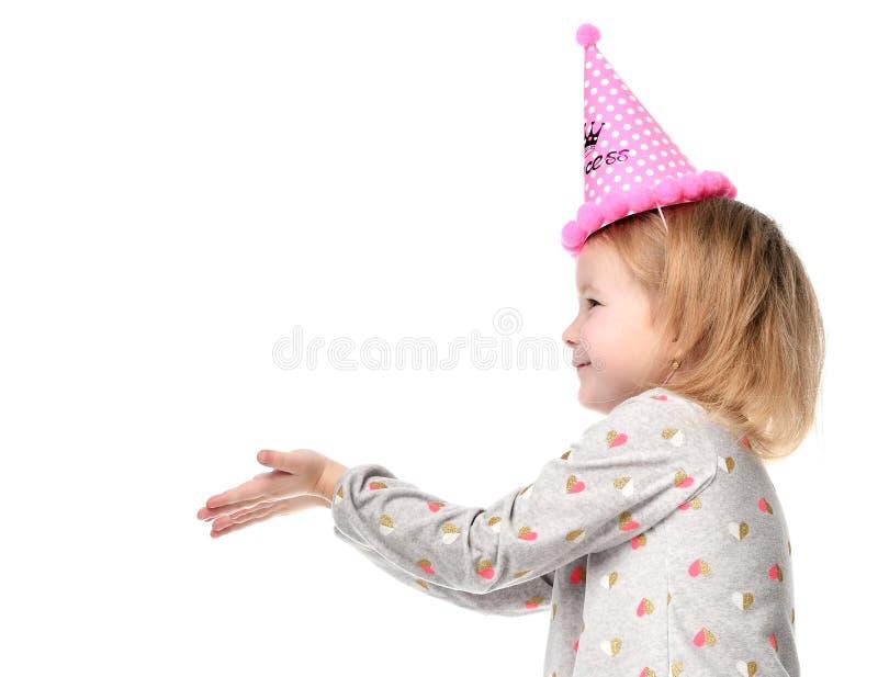 Download Het Jonge Meisjesjong Geitje Gelukkige Glimlachen En Toont Handen Met De Ruimte Van Het Vrije Tekstexemplaar In Verjaardagspartij Stock Afbeelding - Afbeelding bestaande uit uitdrukking, helder: 107700611