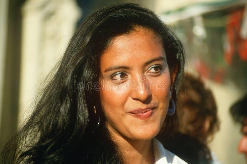 Het jonge Mexicaans-Amerikaanse vrouw glimlachen stock afbeelding
