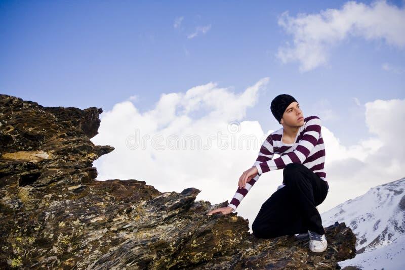Het jonge model stellen bij hoge hoogte stock fotografie