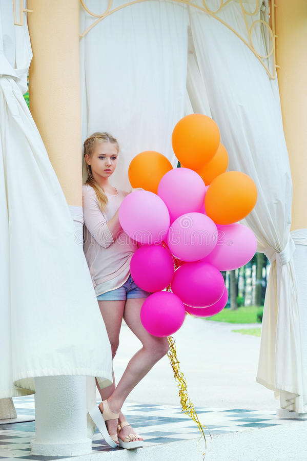 Het jonge modelvrouw stellen met kleurrijke ballons stock afbeeldingen
