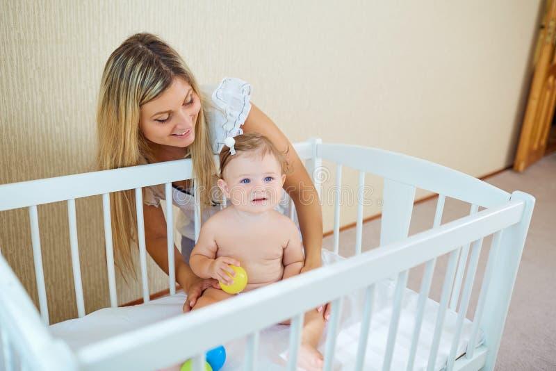 Het jonge moeder spelen met baby royalty-vrije stock afbeeldingen