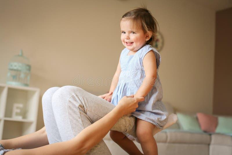 Het jonge moeder spelen met haar babymeisje op vloer royalty-vrije stock fotografie