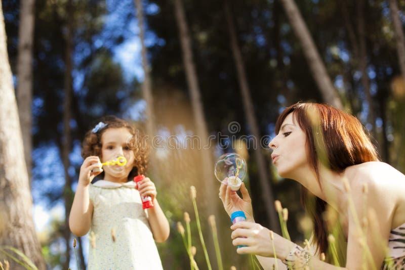 Speels moeder en kind stock fotografie