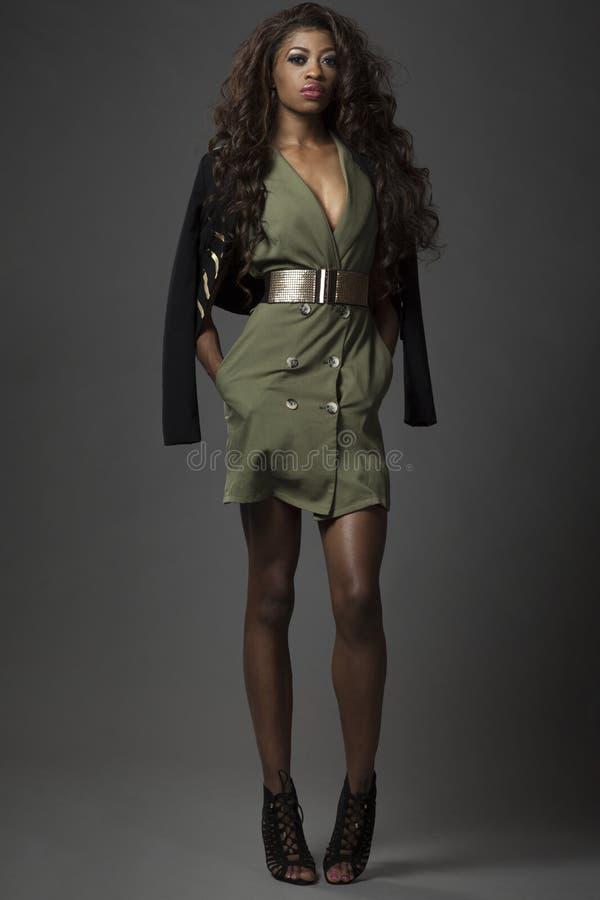 Het jonge mooie Afrikaanse meisje stellen royalty-vrije stock foto's