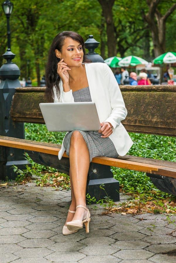 Het jonge Mooie Amerikaanse Bedrijfsvrouw reizen, die in Ne werken stock afbeeldingen