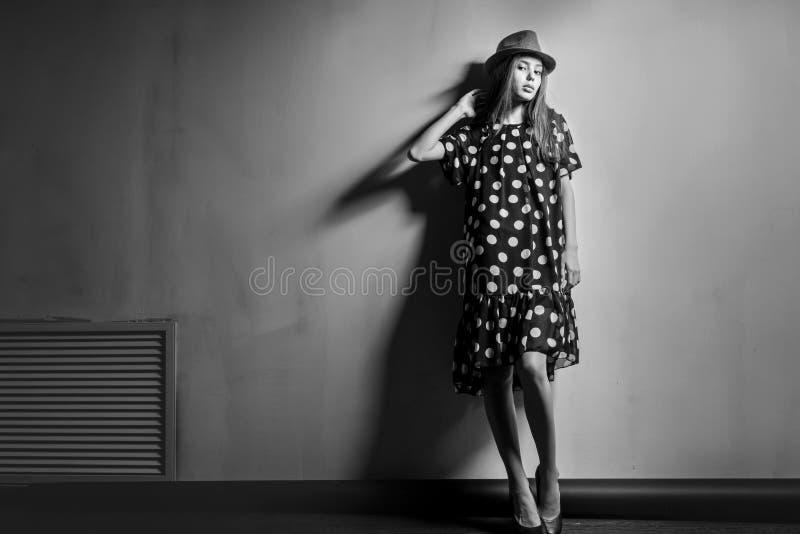 Het jonge mooie Aziatische meisje van het mannequinmeisje met hoed stock fotografie