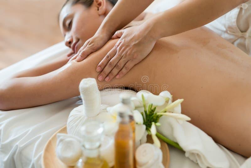 Het jonge mooie Aziatische vrouwenslaap ontspannen in het Oliekuuroord massag stock afbeelding