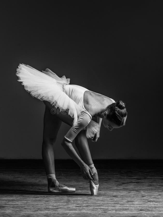 Het jonge mooie ballerina stellen in studio royalty-vrije stock foto