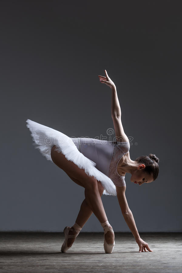 Het jonge mooie ballerina stellen in studio royalty-vrije stock foto's