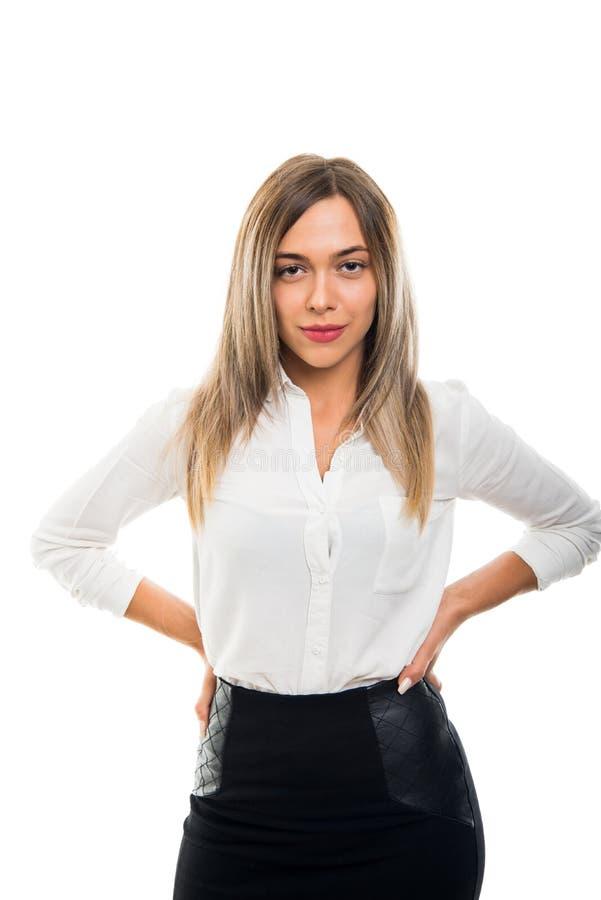 Het jonge mooie bedrijfsvrouw stellen met handen op schouders royalty-vrije stock fotografie