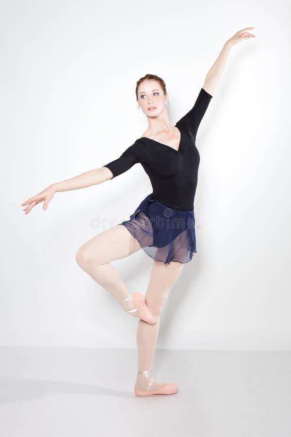 Het jonge mooie danser stellen op een studio royalty-vrije stock fotografie