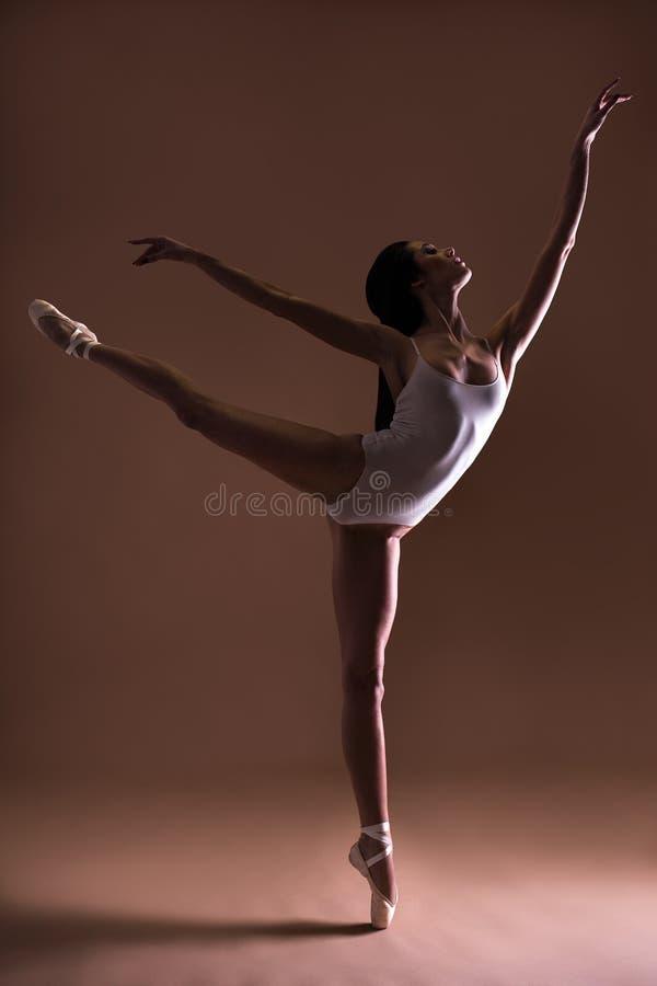 Het jonge mooie danser stellen op tenen stock afbeeldingen