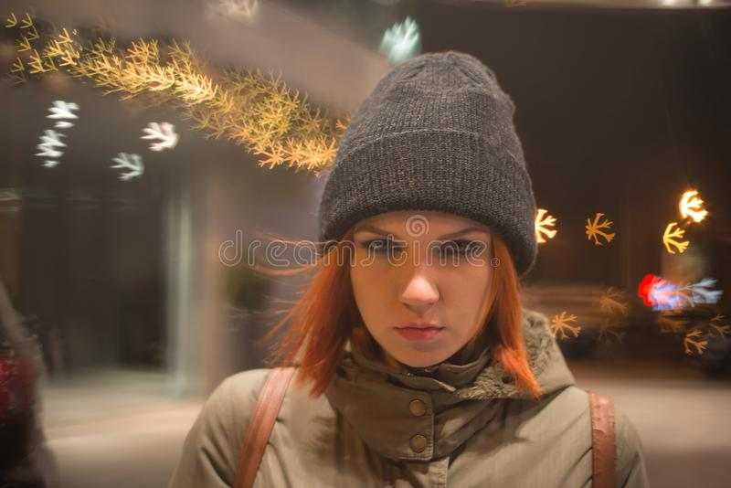 Het jonge mooie meisje haalt een taxi in de stadsstraat bij nacht royalty-vrije stock foto's