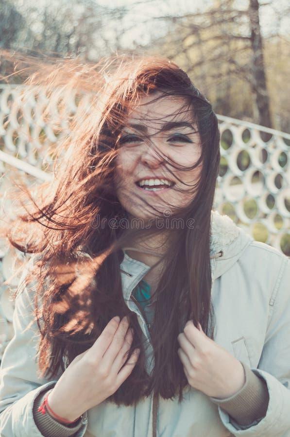 Het jonge mooie meisje lachen royalty-vrije stock foto's