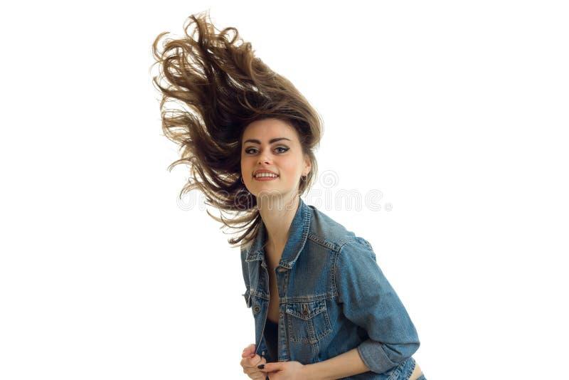 Het jonge mooie meisje met lang donker haar dat door de lucht vliegt kijkt en het glimlachen close-up stock afbeeldingen