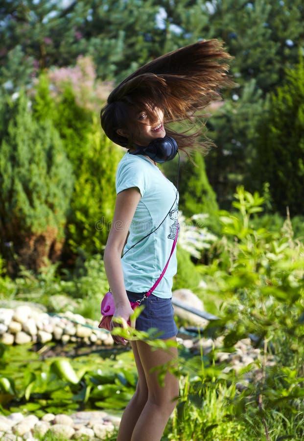 Het jonge mooie meisje openlucht dansen royalty-vrije stock afbeeldingen