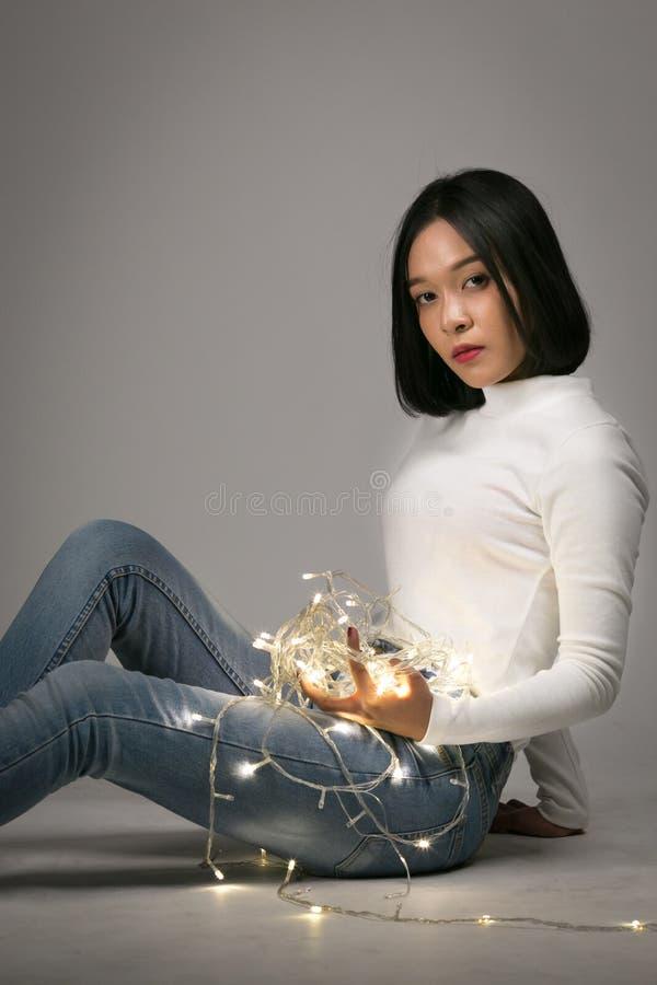 Het jonge mooie meisje spelen met geleid licht royalty-vrije stock foto's