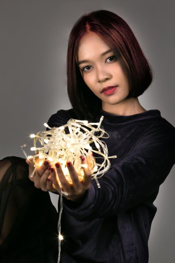 Het jonge mooie meisje spelen met geleid licht royalty-vrije stock afbeeldingen