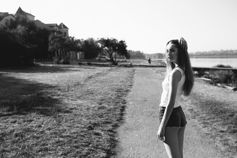 Het jonge mooie meisje stellen stock fotografie