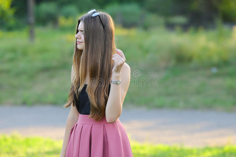 Het jonge mooie meisje toont het genoegenzaligheid van de emotiesverrukking royalty-vrije stock fotografie