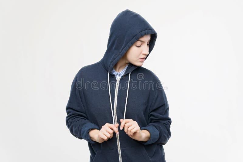Het jonge mooie meisje van het studioportret in hoodie stock foto