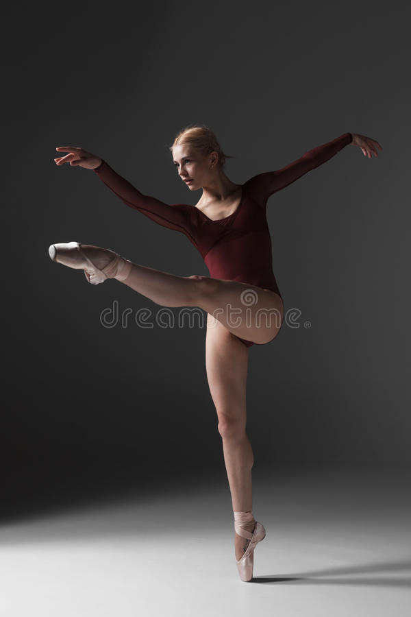 Het jonge mooie moderne stijldanser stellen op a stock afbeeldingen