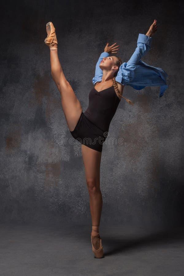 Het jonge mooie moderne stijldanser stellen op a stock afbeelding