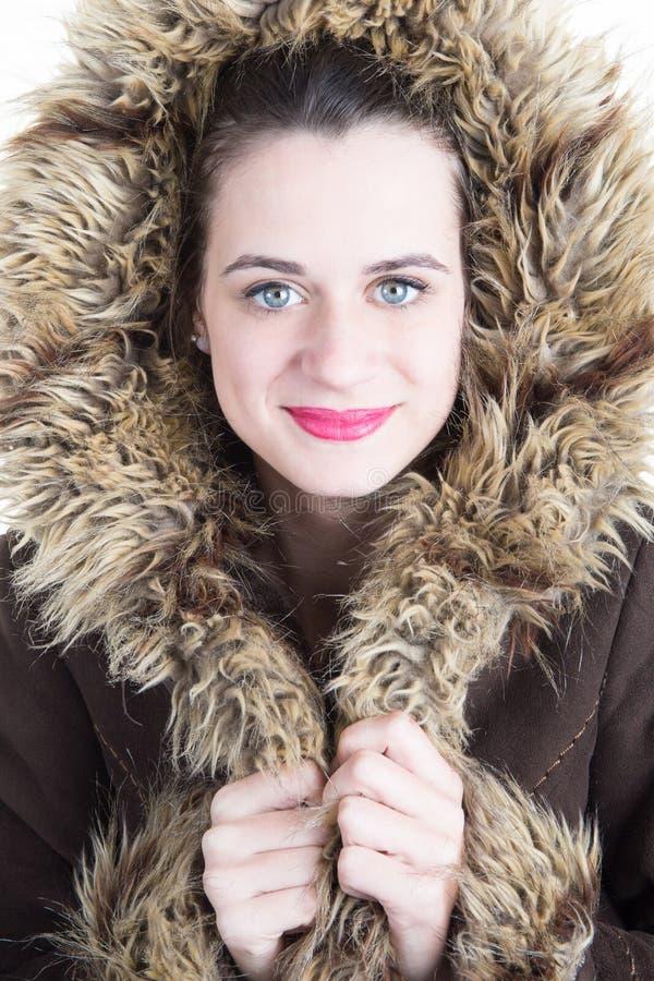 Het jonge mooie modieuze Model die van het vrouwen stellende meisje de modieuze winter valse bontjas dragen stock afbeelding