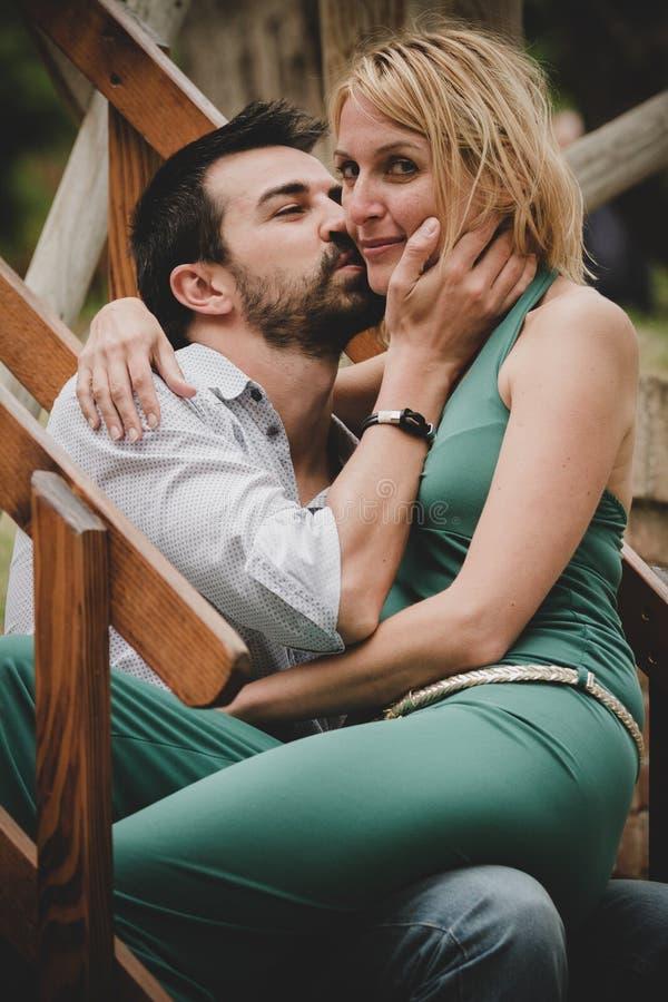 Het jonge mooie paar flirten stock fotografie