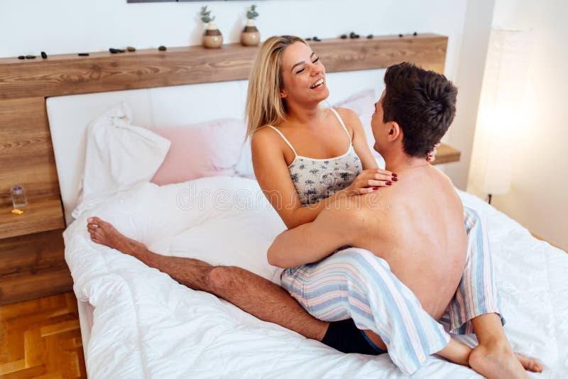 Het jonge mooie paar foreplay genieten van stock afbeeldingen