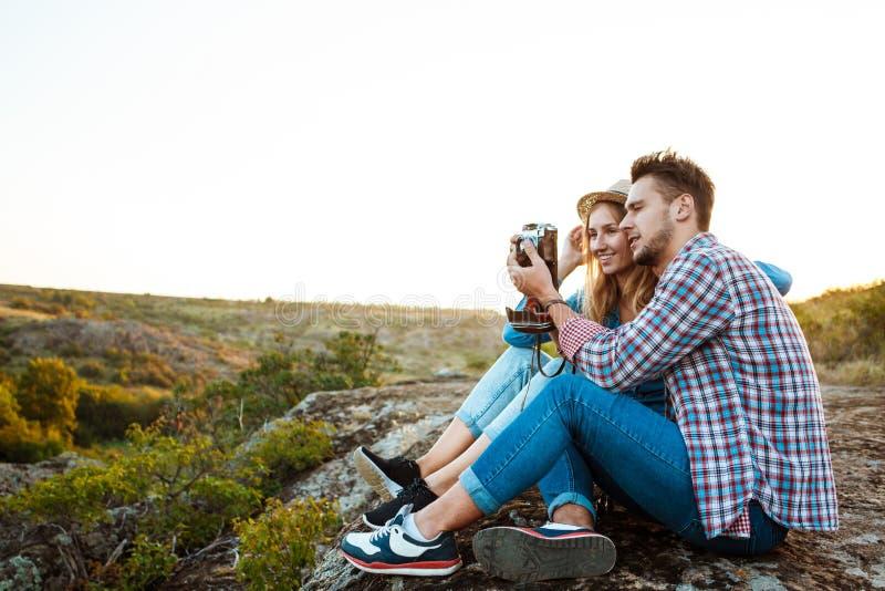 Het jonge mooie paar glimlachen, die beeld van canionlandschap nemen royalty-vrije stock foto's