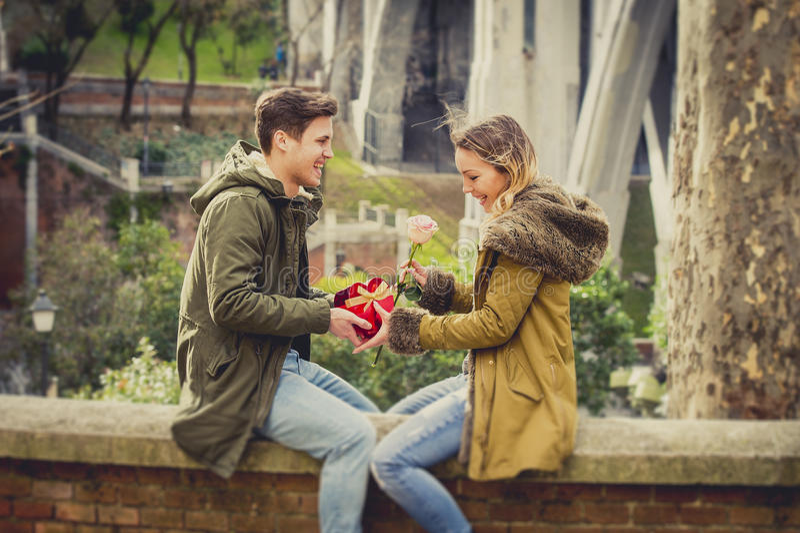 Het jonge mooie paar in liefde het vieren Valentijnskaartendag stelt voor stock foto's