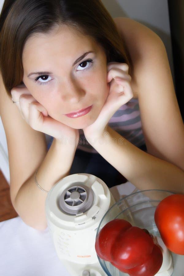 Het jonge mooie vrouw koken stock fotografie
