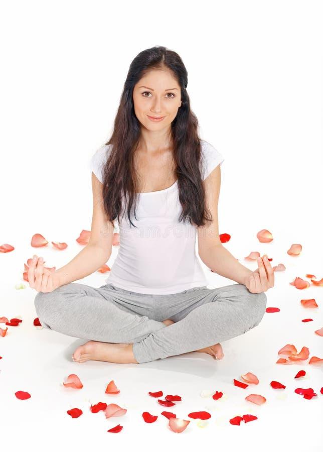 Het jonge mooie vrouw mediteren in lotusbloem stelt stock foto