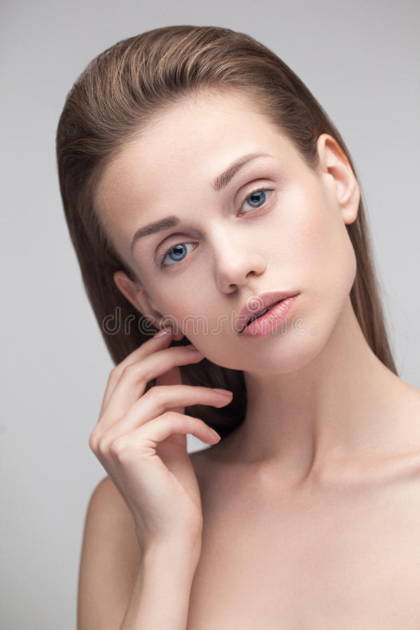 Het jonge mooie vrouw model bekijken camera stock fotografie